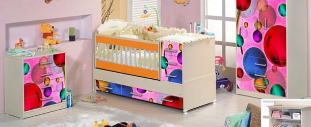 Resimler baskıları ile şenlenen bebek odaları